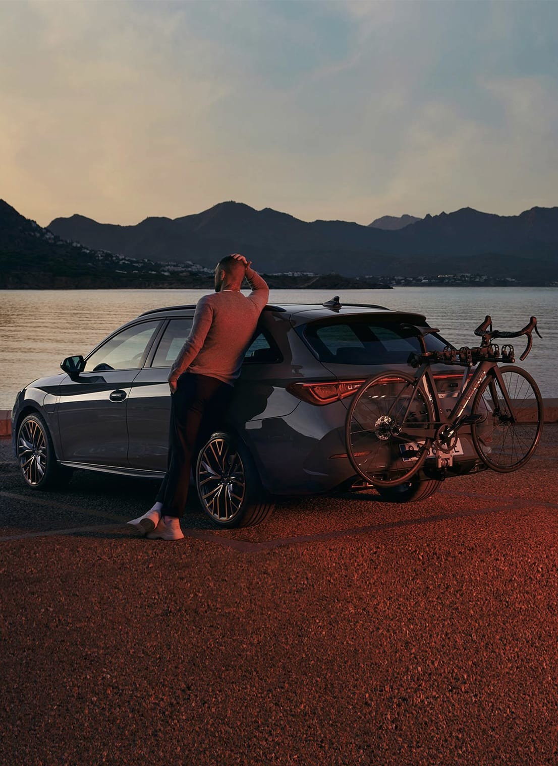 cupra-leon-sp-with-a-towing-bracket-bicycle-carrier.jpg